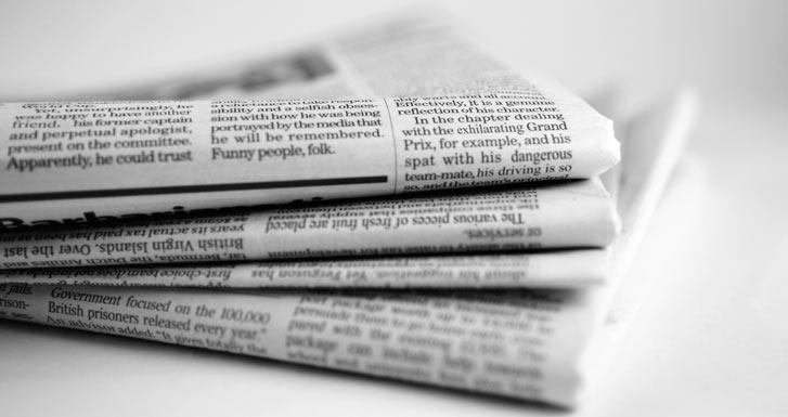 membaca koran